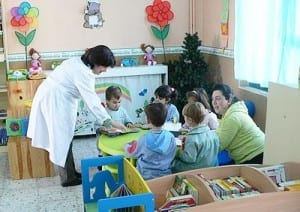 nenes jardin leyendo eb biblioteca